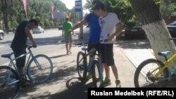 Молодые люди в Алматы. 16 июля 2014 года.