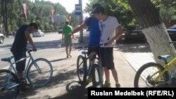 Алматы көшелерінде велосипед теуіп жүрген жастар. Алматы, 16 шілде 2014 жыл.