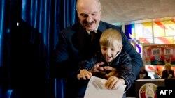 Аляксандар Лукашэнка з сынам Мікалаем галасуюць на парлямэнцкіх выбарах 2008 году