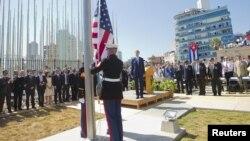 Sekretari Kerry dhe personalitete të tjera e ndjekin ngritjen e flamurit të Shteteve të Bashkuara në Ambasadën Amerikae në Havanë