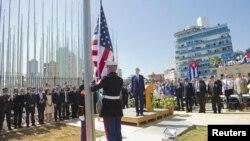 Джон Керрі (с) під час церемонії підняття прапора, Гавана, 14 серпня 2015 року