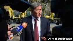 Президент Алмазбек Атамбаев журналисттердин суроолоруна жооп берүүдө. Бишкек, 9-октябрь, 2013.