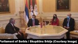 Ašot Havakimijan (prvi s leva), ambasador Jermenije, i predsednik Skupštine Srbije Ivica Dačić (drugi s leva), tokom sastanka u Beogradu u zgradi srpskog parlamenta 7. decembra 2020.