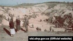 Бабий Яр. Советские военнопленные закапывают тела расстрелянных под присмотром солдат СС. Фото из архива Института национальной памяти Украины