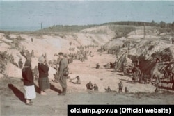 Советские военнопленные под присмотром эсэсовцев закапывают трупы убитых в Бабьем Яре