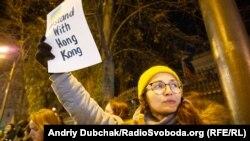 Учасниця акції на підтримку протестувальників Гонконгу в Києві, 21 листопада 2019 року