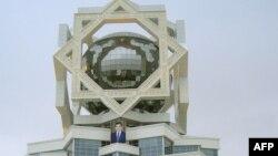 Дворец бракосочетания в Ашгабате. 28 октября 2011 года.