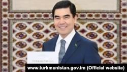 """Türkmenistanyň prezidenti Gurbanguly Berdimuhamedow we onuň """"Türkmenistan – Beýik Ýüpek ýolunyň ýüregi"""" atly kitaby"""