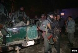 پلیس در حال انتقال قربانیان از محل انفجار