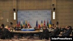 Первоначально планировалось провести международный саммит на высшем уровне, но он был отложен
