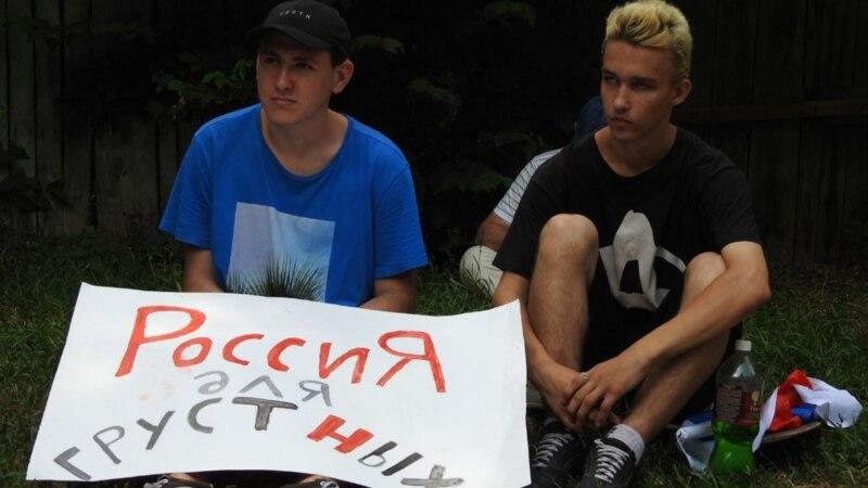 У штаба сторонников Навального в Саратове оставили похоронный венок с фотографией его координатора photo