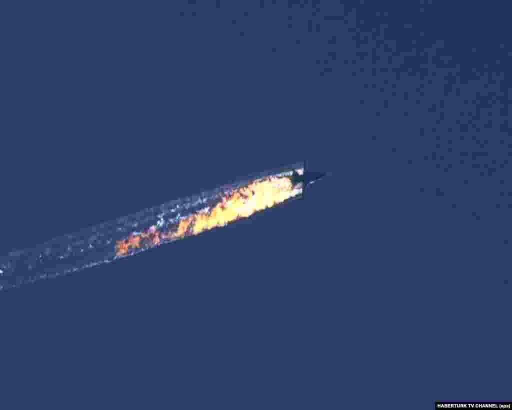 Крушение Су-24 в Сирии 24 ноября ВВС Турции сбили российский бомбардировщик Су-24. Лутчикам удалось катапультироваться. Пилот Олег Пешков погиб, штурман Константин Мурахтин, как утверждают российские власти, выжил. Турция утверждает, что сбила Су-24 после того, как самолет нарушил воздушное пространство страны, залетев в него из Сирии. Россия отрицает факт нарушения воздушного пространства Турции. Позже турецкие власти заявили, что в момент атаки на российский бомбардировщик не знали о его государственной принадлежности, а если бы знали – то не стали бы его сбивать. Опубликованные в турецких СМИ аудиозаписи свидетельствуют о том, что экипаж Су-24 не отвечал на запросы турецкой стороны и требования покинуть воздушное пространство страны. После этого происшествия отношения Москвы и Анкары кардинально испортились: Россия ввела многосторонние санкции против Турции, в том числе запретив турфирмам продавать путевки на турецкие курорты