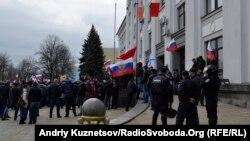 Міліція зі сторгни спостерігає, як захоплюють облдержадміністрацію, Луганськ, 9 березня 2014 року
