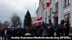 Проросійські активісти біля Луганської ОДА, 9 березня 2014 року