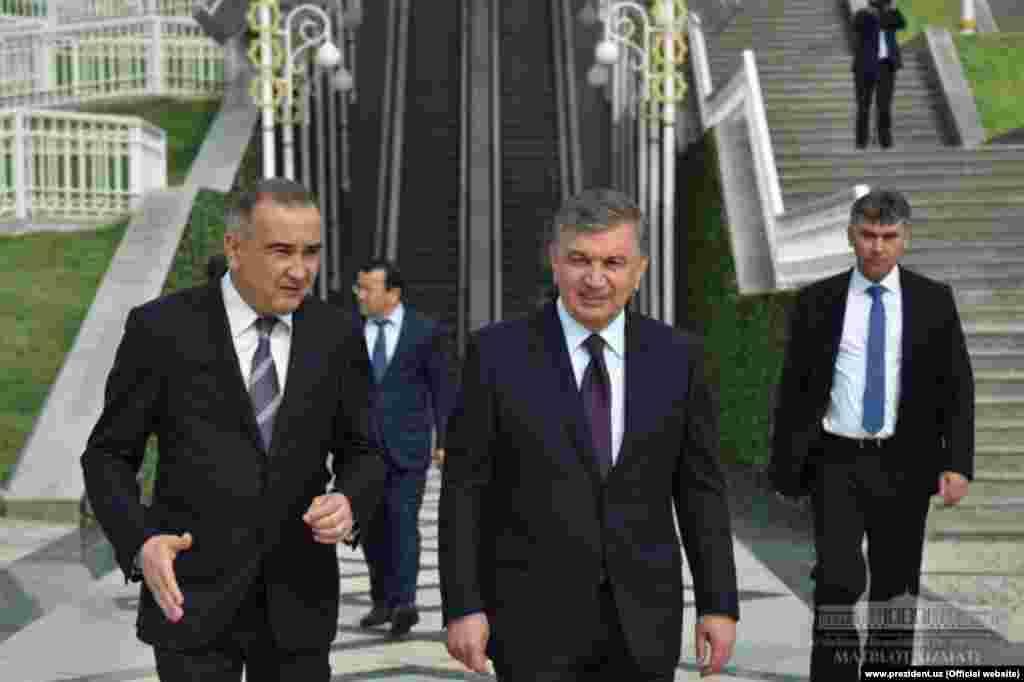 "Президент Шавкат Мирзияев совершил прогулку по парку ""Ашхабад"", Ташкент, 6 апреля"