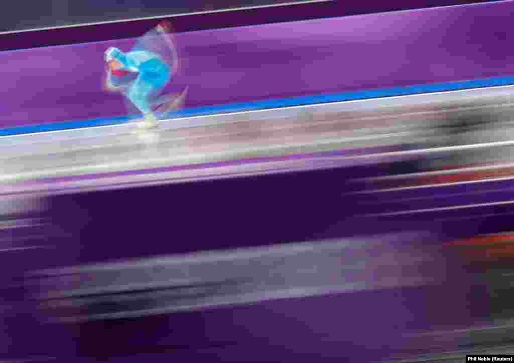 Скоростной бег на коньках: Екатерина Айдова из Казахстана соревнуется во время финала женских соревнований на дистанции 1000 метров