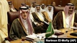 عادل الجبیر وزیر خارجه عربستان سعودی (چپ) در نشست روز یکشنبه اتحادیه عرب در قاهره