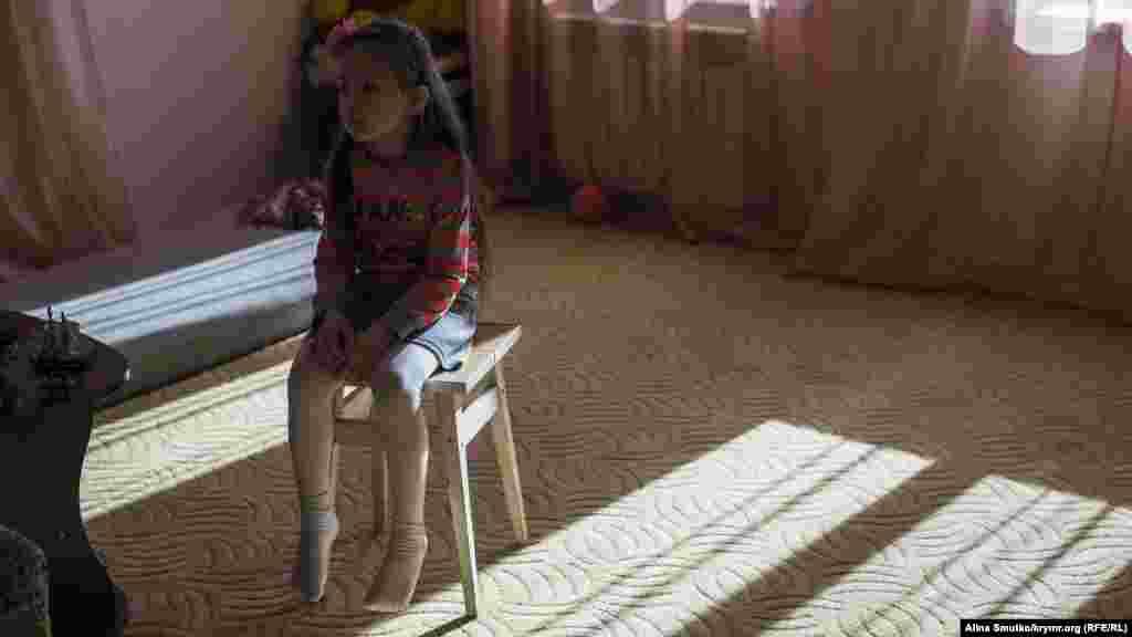 Пятилетняя дочь Эмир-Усеина и Мерьем Сафие дома в гостинной. У супругов Куку также есть сын – десятилетний Бекир