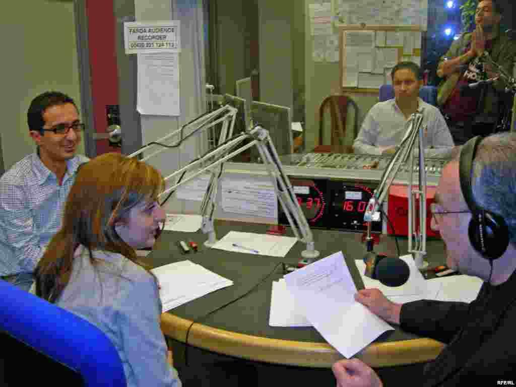 ژان خاکزاد، فرين عاصمی و کيوان حسينی در استوديو در حال اجرای برنامه. در اتاق فرمان، ميرويس مواظب زمان است و توماج طاهباز در گوشه ای دعا می خواند که همه چيز به خوبی و خوشی بگذرد