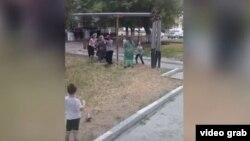 В Чечне засняли массовую драку женщин на детской площадке