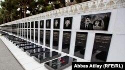 В Аллее шехидов в Баку. Могилы Ильхама и Фаризы - две крайние справа. 2012