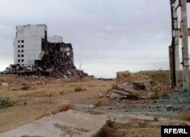 Останки бывшей советской радиолокационной станции Дарьял-У, объект Балхаш-9. Карагандинская область, 22 мая 2010 года.