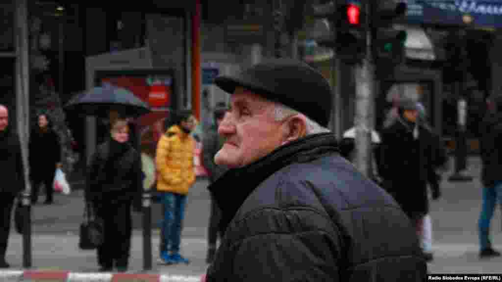 МАКЕДОНИЈА - Непоходни ќе бидат и непопуларни мерки за дупката во пензискиот систем, велат економистите, иако власта смета дека не треба да се посегне кон зголемување на прагот за пензионирање. Во игра се предлози како повисока старосна граница за пензионирање, поголеми придонеси или укинување на приватните фондови.