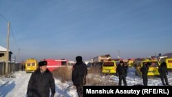 Автомобили скорой помощи у места падения пассажирского самолета. 27 декабря 2019 года.