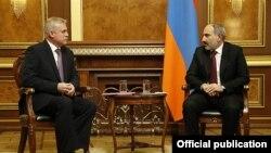 Премьер-министр Армении Никол Пашинян (справа) и генсек ОДКБ Станислав Зась, Ереван, 2 февраля 2020 г.