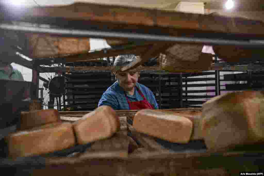 Lena Ghevondian, ez az 55 éves pék azt meséli, napi 12 órát dolgozik a harcok kitörése óta.