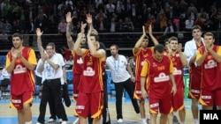Македонските кошаркари по натпреварот со Шпанија во полуфиналето на ЕП во Литванија, 2011