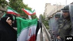 تجمع هواداران دولت نهم در مقابل سفارت فرانسه در اعتراض به «دخالت اروپایی ها» در امور داخلی ایران.