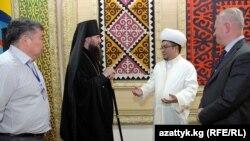 """Участники конференции """"Ислам и православие - религии мира"""", Бишкек, 10 октября 2012 года."""