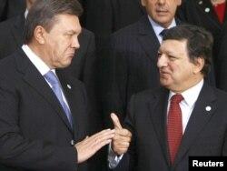 """Президент Украины Виктор Янукович и президент Еврокомиссии Жозе Баррозу во время фотографирования на саммите Евросоюза по """"Восточному партнерству"""". Варшава, 30 сентября 2011 года."""