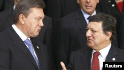 Украина президенты Виктор Янукович (с) һәм Европа комиссиясенең президенты Жозе Мануэл Баррозу (у)