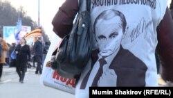 Владимир Путин на футболке активиста