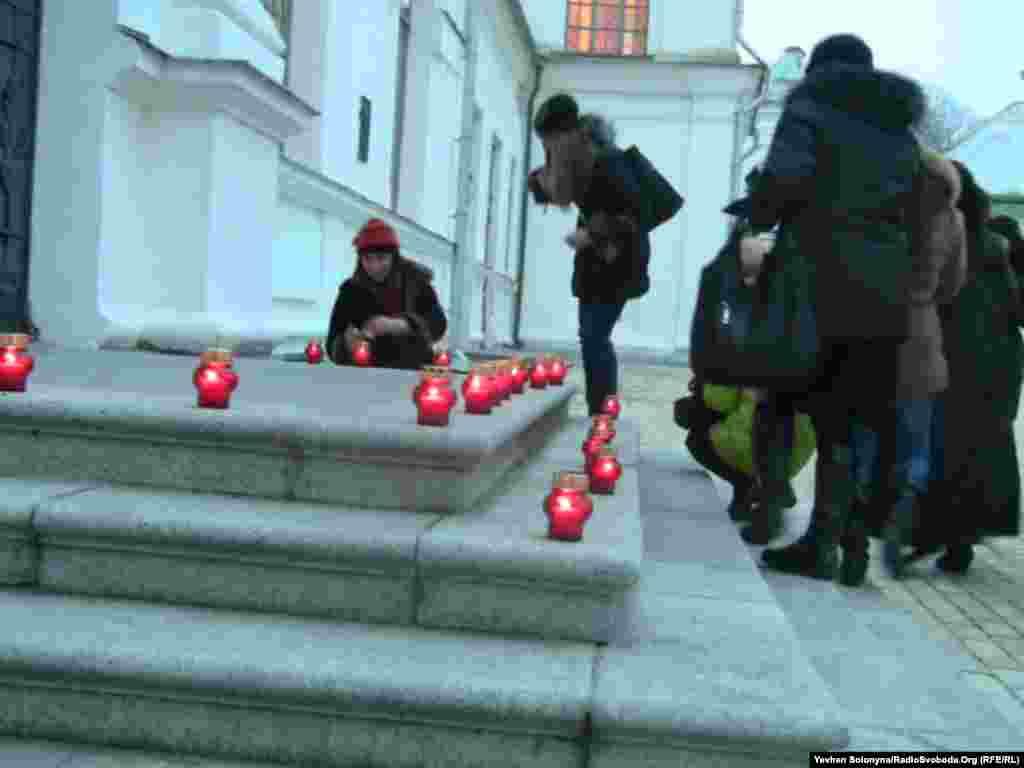 Учасники вечора пам'яті Катерини Білокур, що відбувся 6 грудня, запалили свічки на честь художниці