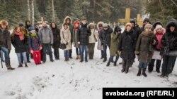 Белорусские активисты на акции протеста против начала строительства у места массового захоронения расстрелянных в годы сталинских репрессий под Минском. Курапаты, 26 февраля 2017 года.