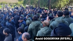 Сторонники оппозиции у здания парламента, 2 марта