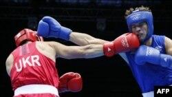 Французский боксер Алексис Вастен (справа) в поединке с украинским коллегой Тарасом Шелестюком во время Олимпийских игр в Лондоне. 7 августа 2012 года.