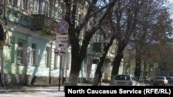 Улица со знаком запрета стоянки во Владикавказе