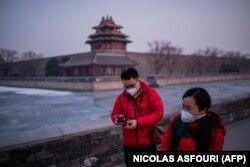 شهروندان در نزدیک شهر ممنوعه در پکن؛ فرارسیدن تعطیلات سال نوی چینی بر نگرانیها از شیوع ویروس افزوده است