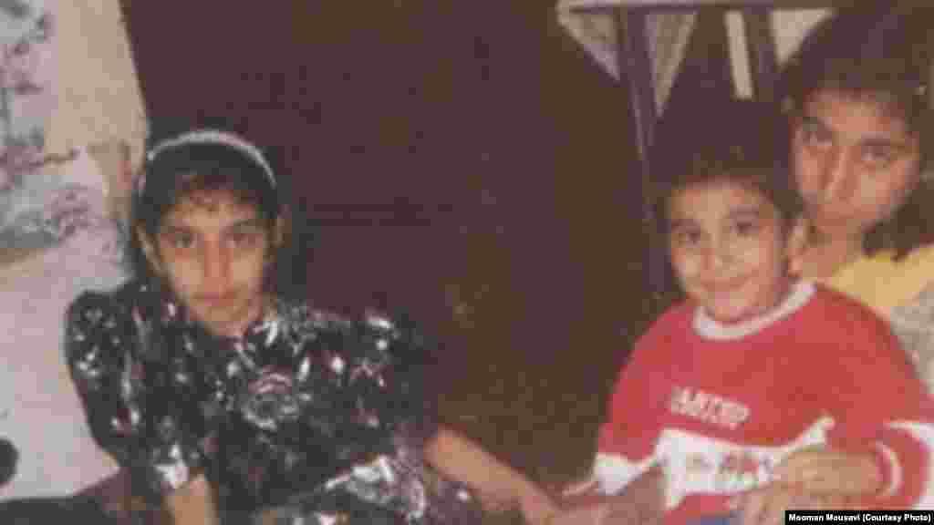 هومان موسوی در کودکی در کنار خواهرش در سمت چپ
