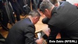 Domagoj Juričić i Zoran Milanović sastavljaju dvojezičnu ploču, foto: Enis Zebić