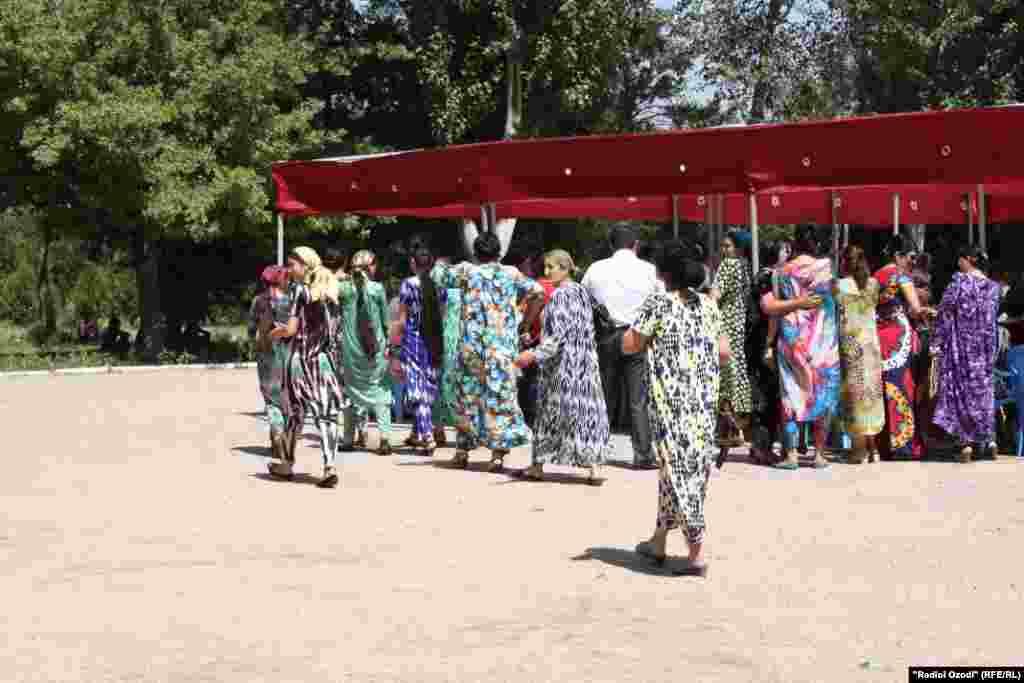 Tajikistan -- Dushanbe, Tajik people celebrate Unity Day, women, street, 27 June 2014