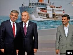 Президент Турции Абдулла Гюль, президент Казахстана Нурсултан Назарбаев и президент Ирана Махмуд Ахмадинижад. Стамбул, 8 июня 2010 года.