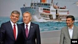 Түркия. Президент Абдулла Гүл (солдо), Казакстан президенти Нурсултан Назарбаев (ортодо), Иран президенти Махмуд Ахмадинежад (оңдо). Ыстамбул. Эл аралык конференция алдында. 8-июнь 2010