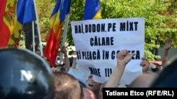 Protest la Chişinău împotriva sistemului electoral mixt.