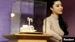 """Актриса Фан Биңбиң Chopard (""""Шопард"""") саатынын жанында, Канн, Франция, 17.05.2013."""