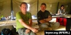 Айдер Муждабаєв і Ленур Іслямов на території проведення акції з блокади Криму поблизу пропускного пункту «Чонгар» на адміністративному кордоні з Кримом. 29 вересня 2015 року